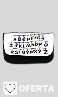 Mejores Estuches Escolares en Amazon y en Colores del ARcoíris. Estuche escolar con el alfabeto inspirado en Stranger Things . Estuche escolar, caja para los lápices o para el maquillaje.