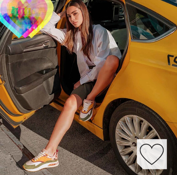 Zapatillas mujer Hoff Amazon Fashion. Zapatillas HOFF de Mujer Modelo Oriental Pearl. Mujer con zapatillas Hoff saliendo de un taxi en Nueva York