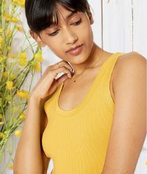 Camiseta tirantes para mujer de color amarillo. Marca Amazon - Michelle Camiseta sin mangas con escote redondo ajustada por The Drop