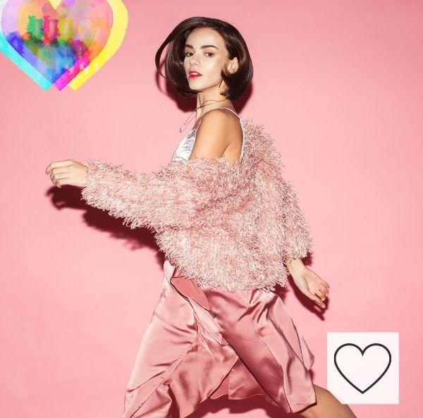 Tendencias moda mujer colores de moda primavera verano 2021. Mujer con vestido rosa pastel, tendencia de moda para primavera verano 2021